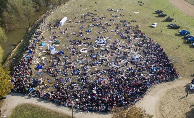 Sığınmacıların Slovenya yürüyüşü sürüyor | FOTO
