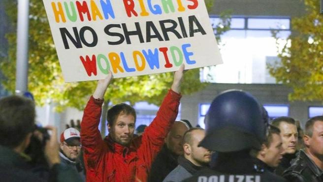 Alman Pegida gösterisine yine binlerce kişi katıldı