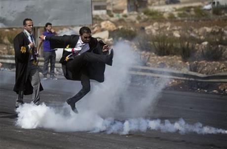 İsrail gazına karşı 'cübbeli' direniş sembol oldu