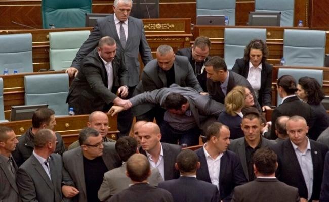 Kosova'da tartışmalı yasalara onay