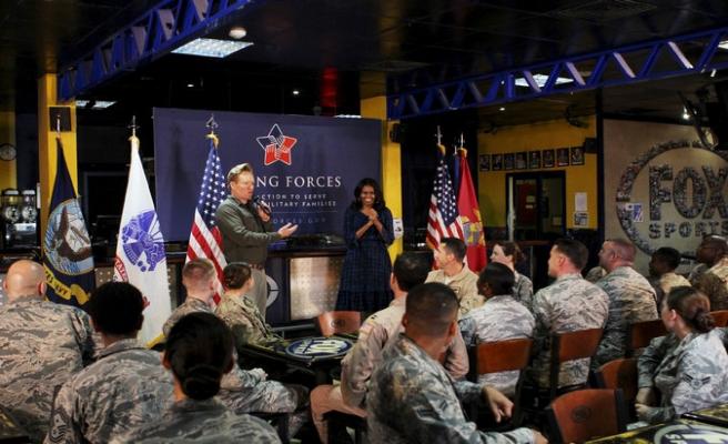 Michelle Obama Katar'da asker üsse gitti