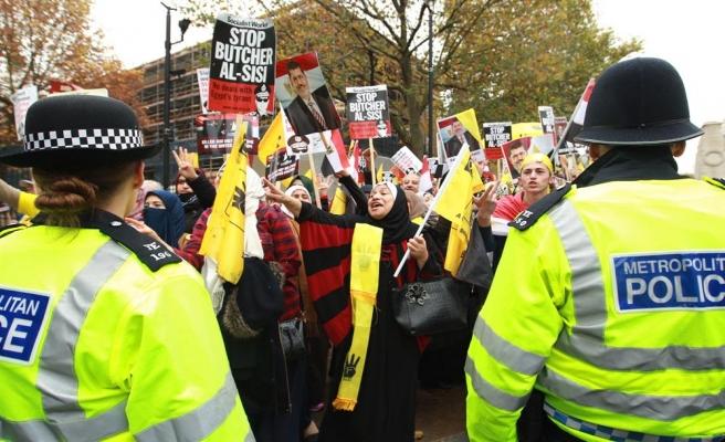 Londra'da Sisi protestolarına polis müdahalesi