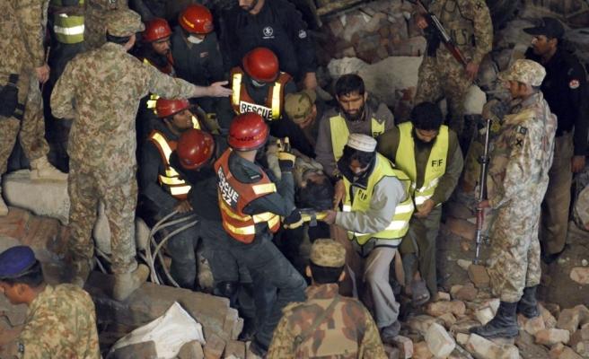 Pakistan'da çöken fabrika'da ölü sayısı artıyor