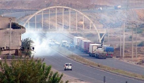 Cizre'de yol kesen PKK'lılarla çatışma
