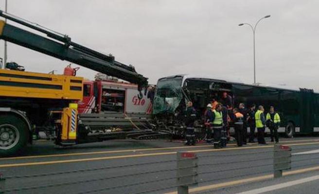 Metrobüs yolunda kaza: Çok sayıda yaralı var