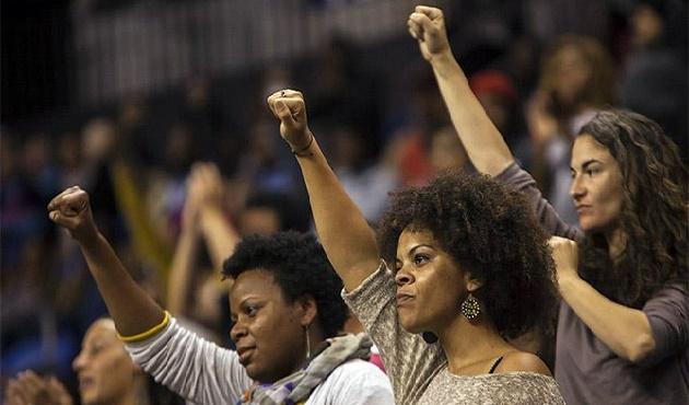 Irkçılık karşıtı protestolar rektörü istifa ettirdi