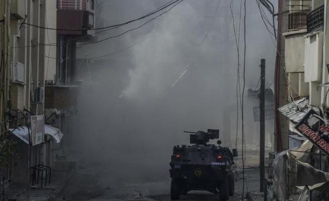 Silvan'da asker polise destek için sokağa indi