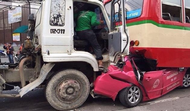 Otobüsle kamyonun altına giren araçtan sağ çıktı