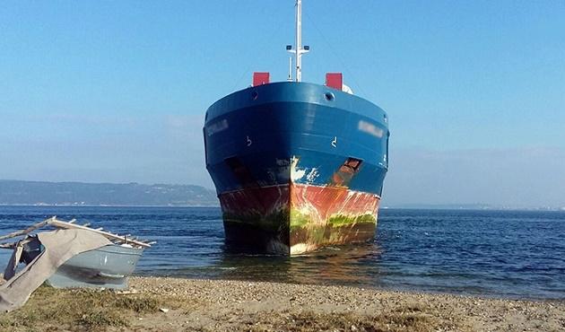 İstanbul Boğazı'nda kargo gemisi karaya oturdu