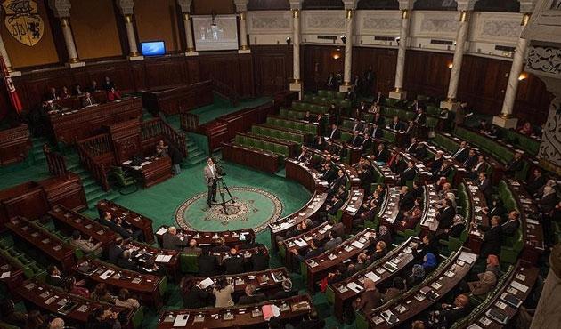 Tunus meclisinde çoğunluk Nahda'ya geçti