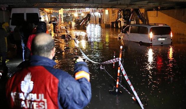 Şiddetli yağış sebebiyle altgeçitte mahsur kaldılar