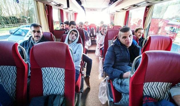 Merkel'i protesto için bir otobüs mülteci gönderdi