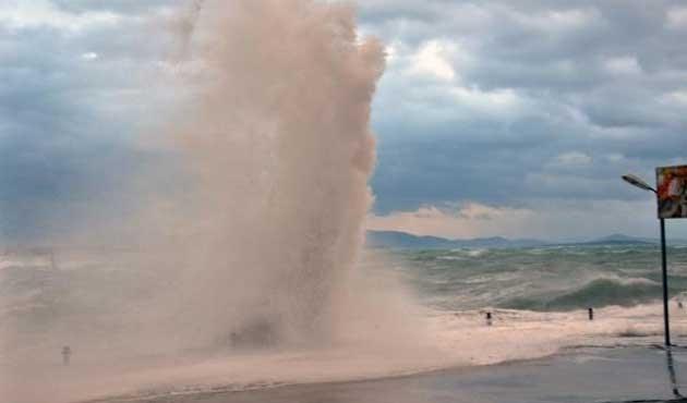 Didim'de dalga boyları 4 metreye ulaştı | FOTO