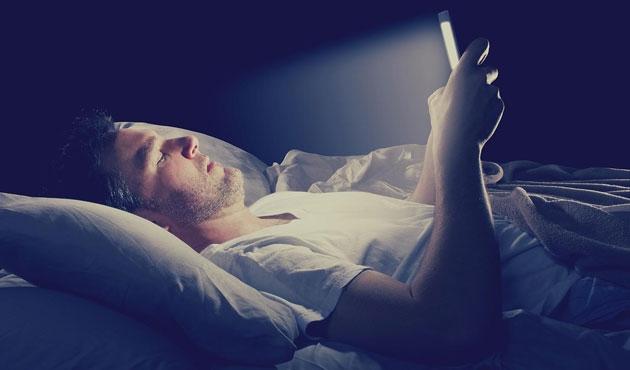 Telefon ışığı uykuyu geciktiriyor