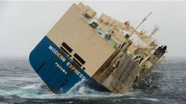 Yan yatan yük gemisi Fransa kıyılarına sürükleniyor