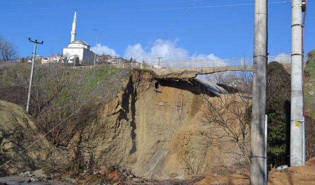 Karabük'te sel tarihi köprüyü yıktı