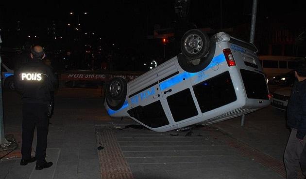 Adana'da polis otomobili devrildi: 2 yaralı
