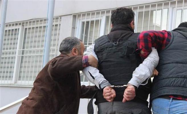 Yunanistan'dan dört kişi girdiler, ikisi aranıyor