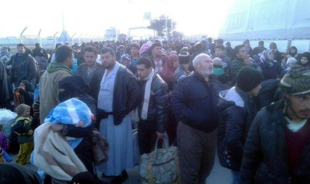 Binlerce Suriyeli sınırda; asker ve polis izinleri iptal...