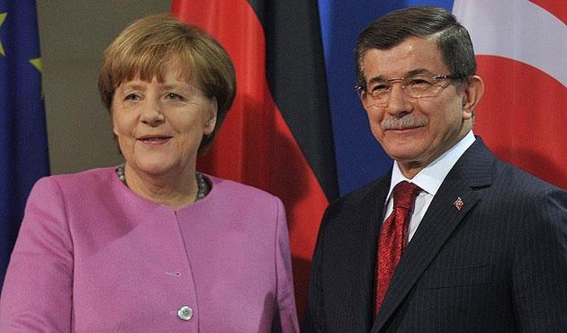 Davutoğlu ile Merkel terör saldırılarını görüştü