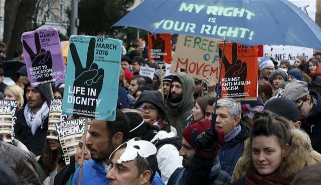 Berlin'de ırkçılar ve karşıtları gösteri yaptı