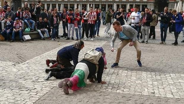 Dilencileri aşağılayan PSV taraftarlarına ceza