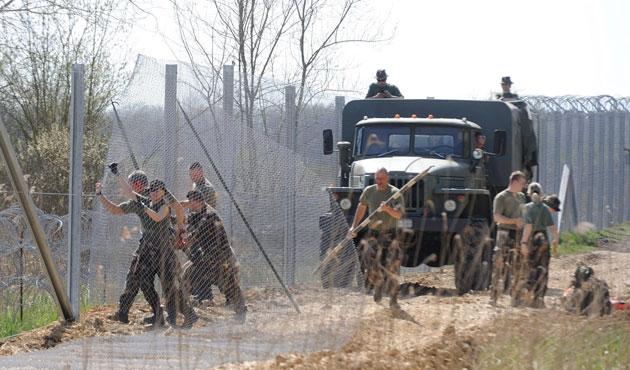 Macaristan sınırdaki tel örgüleri güçlendiriyor