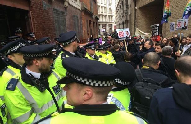 Cameron'ın istifasını isteyen protestocular sokaklarda