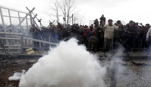 Makedon polisinden mültecilere gaz | FOTO
