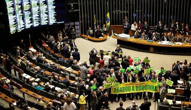 Brezilya Devlet Başkanı Rousseff azlin eşiğinde
