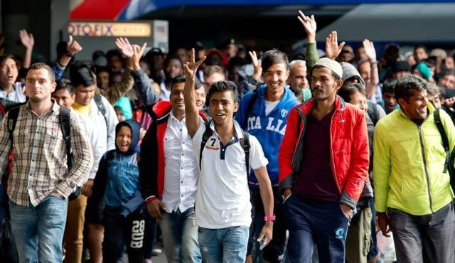 Yunanistan 12 mülteci daha gönderdi