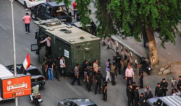 Mısırlı gazetecilerden bakana sembolik yargılama