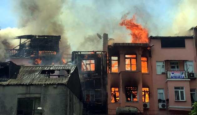 Balat'ta ahşap binada yangın