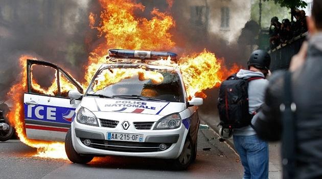 Fransa'da aracı kundaklanan polislere madalya
