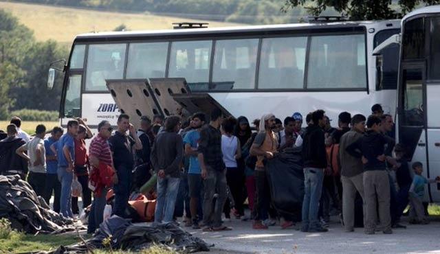 İdomeni kampından ilk otobüsler ayrılıyor