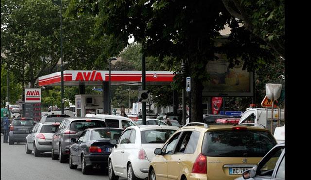 Fransa'da benzin istasyonları önünde uzun kuyruklar
