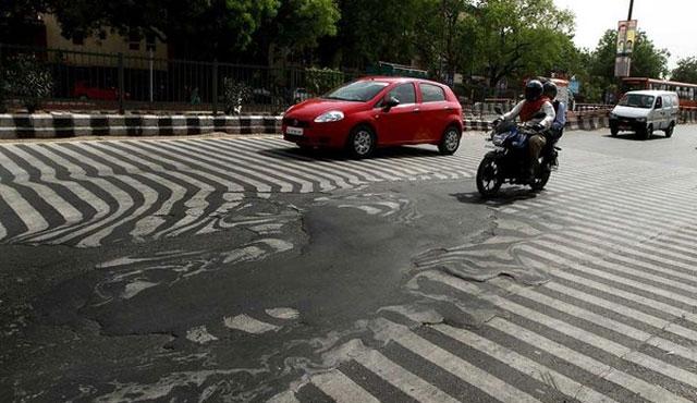 Hindistan'da sıcaklar asfaltı eritti