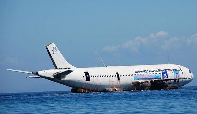 Aydın'da Airbus A300 tipi uçak suya indirildi