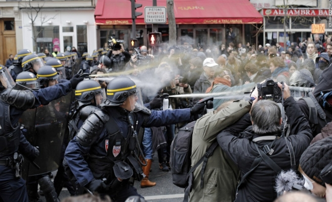 Paris'te ırkçılık karşıtı gösteride olaylar çıktı
