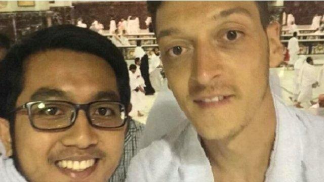 Alman ırkçılardan Mesut Özil'e umre tepkisi