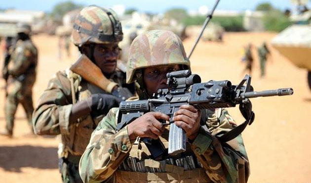 Somali'de askerler silah satarken yakalandı