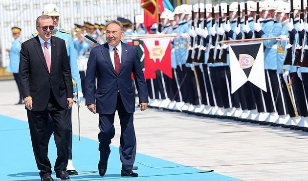 Nazarbayev'e resmi törenle karşılama
