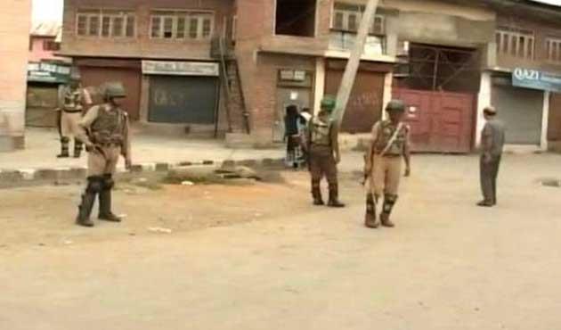 Keşmir'de protesto gösterisi. 1 asker öldü