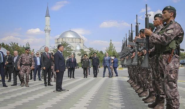 Azerbaycanlı Bakan'dan Özel Harekat'a ziyaret
