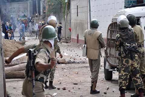 Hint polisinden Keşmir'de şiddet: 2 sivil 25 yaralı