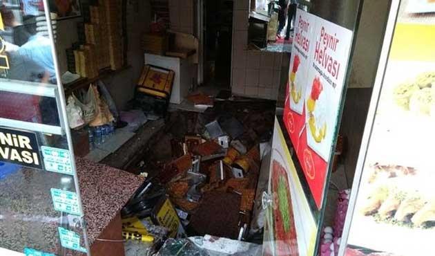 Fatih'te tatlıcı dükkanı çöktü; yaralılar var