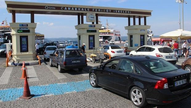 Çanakkale'de feribot kuyruğu 1 kilometreyi aştı