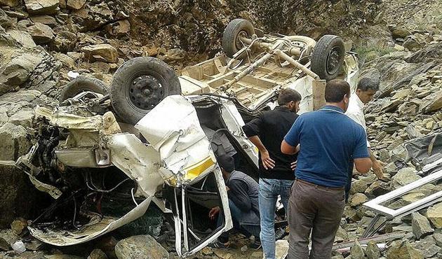 Bingöl'de minibüs uçuruma devrildi; 4 ölü