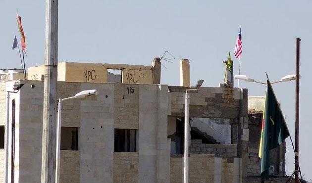 PYD karargahında hala ABD bayrağı asılı