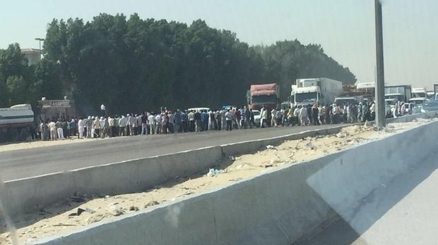 Suudi Arabistan'da işçiler yol kapattı